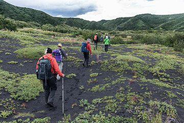 We take a hike (about 6 km one way) through the caldera towards the crater lake of Akademia Nauk. (Photo: Tom Pfeiffer)