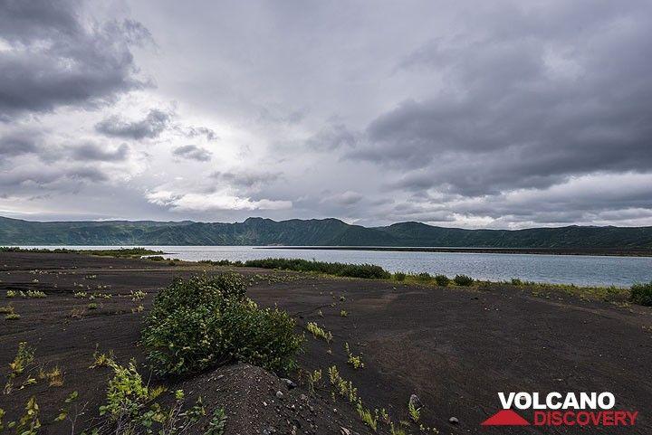 The crater lake of Akademia Nauk from the southern shore. (Photo: Tom Pfeiffer)