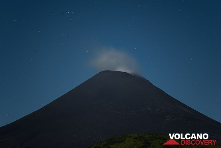 Karymsky during the night: although it had intermittent explosions during the months before, the volcano decided to stay calm during out stay. (Photo: Tom Pfeiffer)