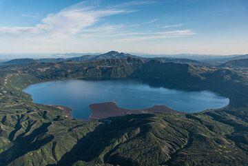 The active caldera lake of Akademia Nauk volcano southeast of Karymsky seen from the helicopter. (Photo: Tom Pfeiffer)