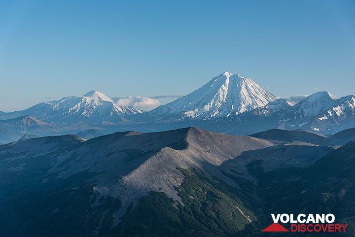 We approach the chain of Avachinsky and Koryaksky volcanoes. (Photo: Tom Pfeiffer)