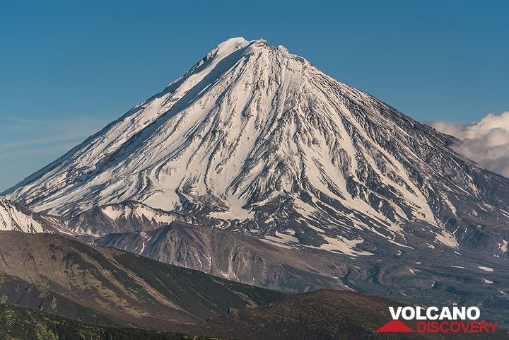 Koryaksky volcano from the SW. Thanks to the past rain storm, the snow cover has grown considerably. (Photo: Tom Pfeiffer)