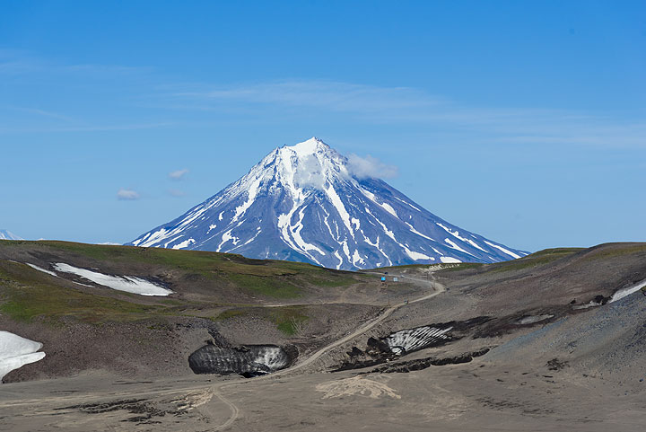 View back to Vilyuchik volcano and the road leading to Gorely (Photo: Tom Pfeiffer)