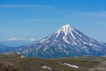 As one climbs, the views to the north towards Vilyuchik volcano become wider. (Photo: Tom Pfeiffer)