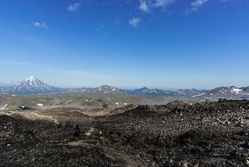 The trail continues through lava fields, and is only moderately steep. (Photo: Tom Pfeiffer)
