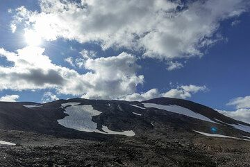After an hour or so, the summit complex is in front of us. (Photo: Tom Pfeiffer)