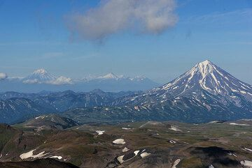 The views become better and better: Vilyuchik volcano and Koryaksky and Avachinsky volcanoes in the background. (Photo: Tom Pfeiffer)