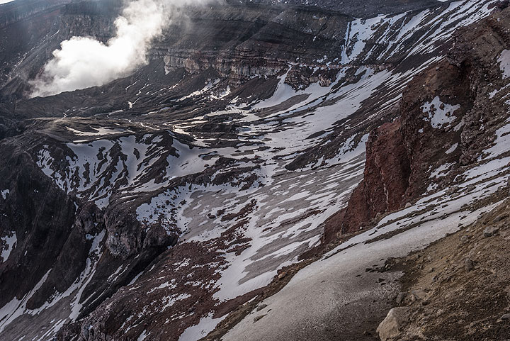 Patches of snow and ice on the inner crater walls. (Photo: Tom Pfeiffer)