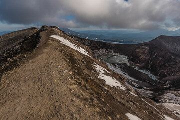 View back along the crater rim. (Photo: Tom Pfeiffer)