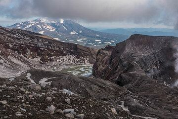 View across the central crater of Gorely towards Mutnovsky in the background. (Photo: Tom Pfeiffer)