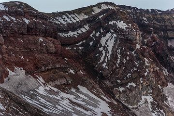 Lava layers from effusive and explosive eruptions of Gorely's crater. (Photo: Tom Pfeiffer)