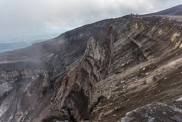 Group on the crater rim. (Photo: Tom Pfeiffer)
