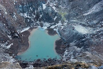 Closer view of the crater lake with sulfur deposits at its shore. (Photo: Tom Pfeiffer)