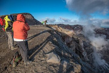 Weather clears and the evening sunlight warms us on the crater rim. (Photo: Tom Pfeiffer)