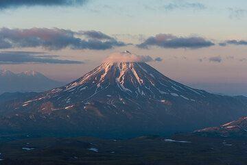 Last sunlight falls on the top of Vilyuchik. (Photo: Tom Pfeiffer)