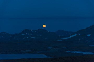 Moonrise over the mountain peaks of the southern plateau. (Photo: Tom Pfeiffer)