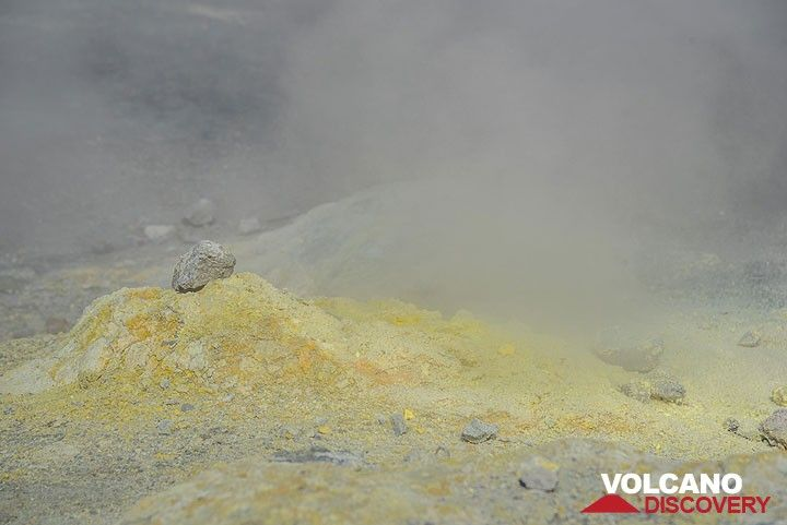 Gas escaping from a sulfur-covered fumarole. (Photo: Tom Pfeiffer)