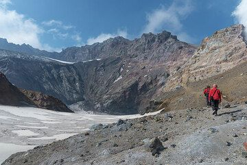 Almost reaching the SW end of the crater. (Photo: Tom Pfeiffer)
