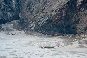 The site of the last eruption in 2000 is now only a shallow depression occupied by ice. (Photo: Tom Pfeiffer)