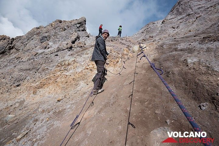 Ropes help ascending the wall between the central and SW crater. (Photo: Tom Pfeiffer)