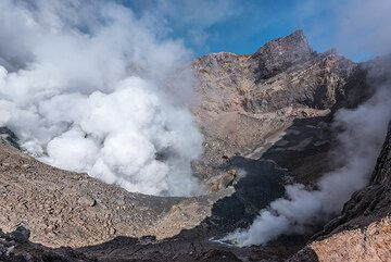 Wide-angle view into the SW crater with the strongest fumarole emitting a dense steam plume. (Photo: Tom Pfeiffer)