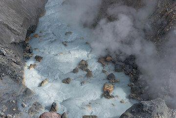 Gray-bluish hot pool (Photo: Tom Pfeiffer)