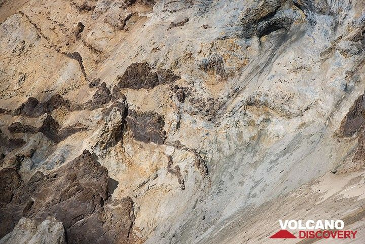 View of dykes cutting the altered volcanic layers of the crater walls. (Photo: Tom Pfeiffer)