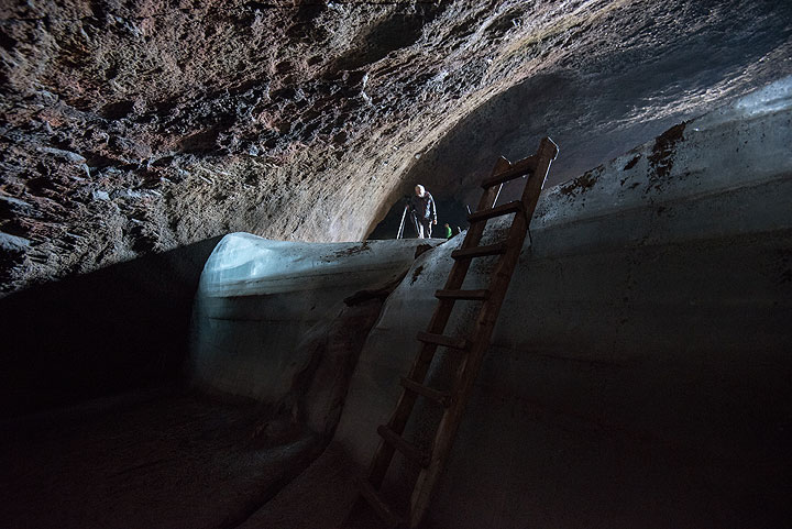 A ladder is conveniently placed to descend from the tube's glacier into its deeper parts. (Photo: Tom Pfeiffer)