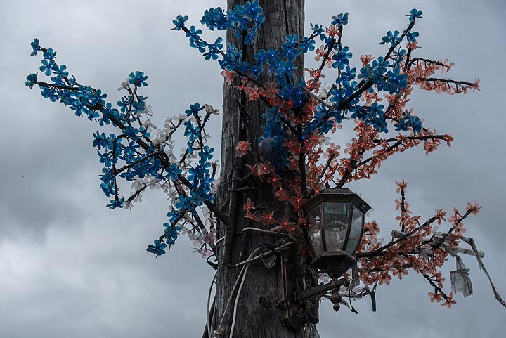Colorful decoration of a street light. (Photo: Tom Pfeiffer)