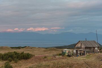 Evening view of the small volcanologists' mountain hut. (Photo: Tom Pfeiffer)