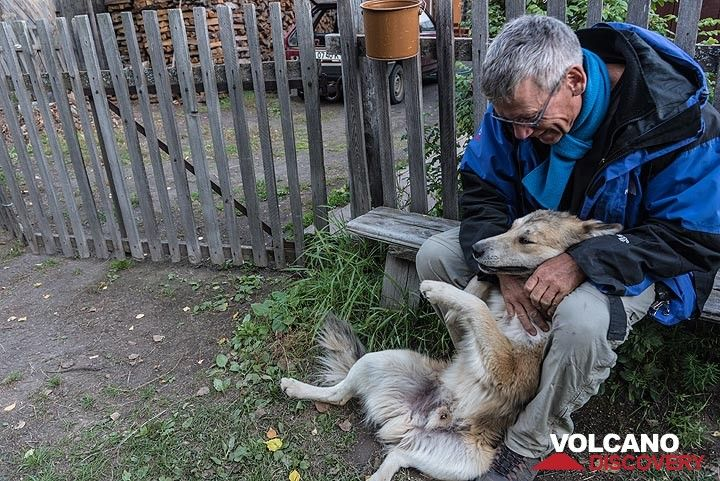 Back to our comfortable guesthouse in  Kozyrevsk village. Karl finds a new friend. (Photo: Tom Pfeiffer)
