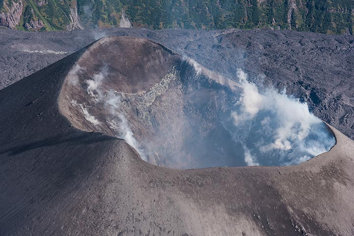As the helicopter passes at near distance, we also get a good view into the crater. (Photo: Tom Pfeiffer)