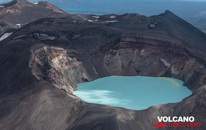A turquoise acid crater lake occupies the summit crater of Maly Semiachik. It is one of the most acid in the world. (Photo: Tom Pfeiffer)