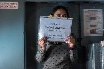 Next announcement by the stewardess: Maly Semiachik volcano. (Photo: Tom Pfeiffer)