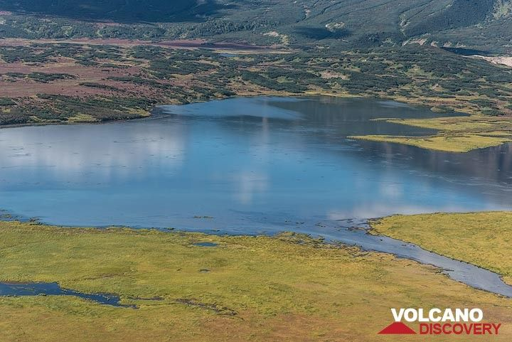 The flat floor of the caldera contains lakes and tundra. (Photo: Tom Pfeiffer)