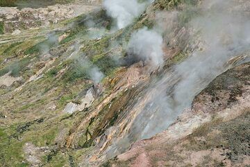 Array of small geysers (Photo: Tom Pfeiffer)