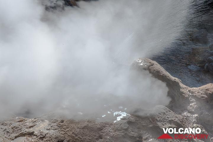 """An eruption of the """"Big Geyser"""" ejects jets of steam and water to about 10 meters height. (Photo: Tom Pfeiffer)"""