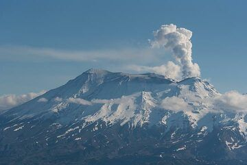 On the way back, we pass Zhupanovsky volcano again, which now emits only a dense steam plume. (Photo: Tom Pfeiffer)