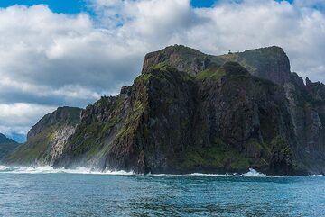 Sea cliffs (Photo: Tom Pfeiffer)