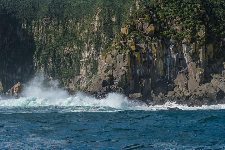 Waves crushing into the cliffs (Photo: Tom Pfeiffer)