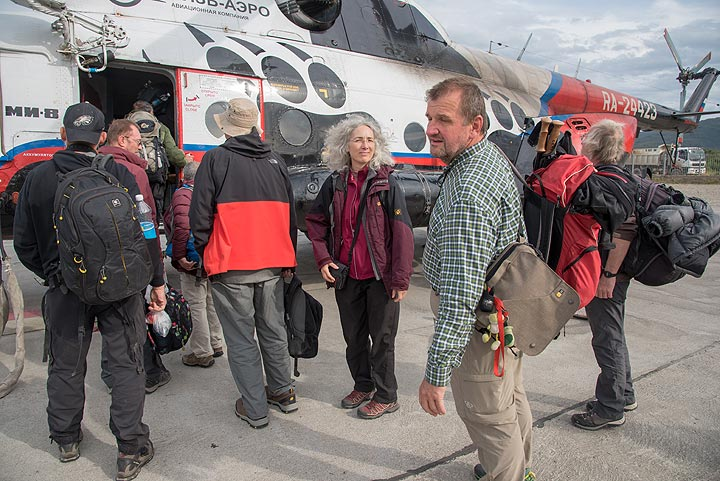 Boarding the helicopter to Karymsky (Photo: Tom Pfeiffer)