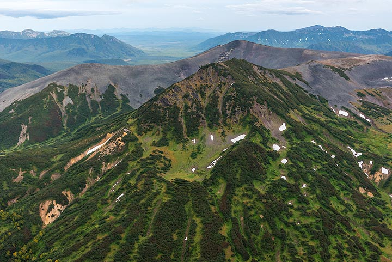 Rugged mountain peaks on the flight north. (Photo: Tom Pfeiffer)