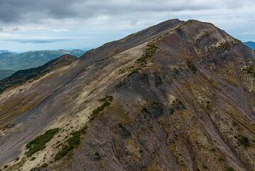 Sometimes, the helicopter passes only  tens of meters above mountain ridges. (Photo: Tom Pfeiffer)
