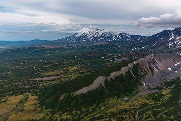 Zhupanovsky rises almost 3000 m from the plain. (Photo: Tom Pfeiffer)