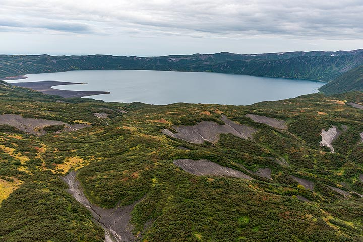 Shortly before arriving, we pass the caldera lake Karymskoe lake (also known as Akademia Nauk), a neighbor volcano that erupted violently about 30,000 years ago, leaving the now lake-filled 3x5 km wide caldera. (Photo: Tom Pfeiffer)