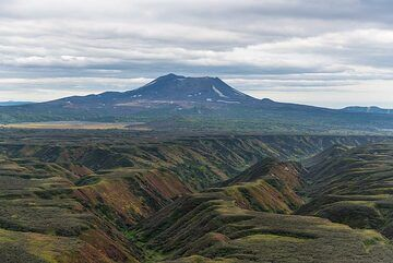 In the northern background, Mali Semiachik volcano with its flat top containing the famous acid lake can be seen. (Photo: Tom Pfeiffer)