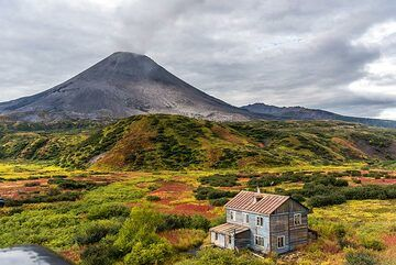 Karymsky volcano and the volcanologists' hut where we will stay along with accompanying scientists from the Institute of Volcanology of the Academy of Sciences during the next 3 days. (Photo: Tom Pfeiffer)