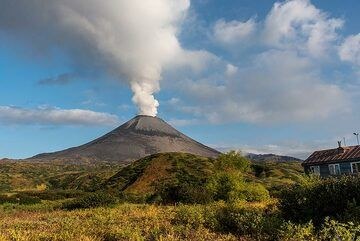 Strong degassing occurred from the crater throughout our stay at the volcano. (Photo: Tom Pfeiffer)