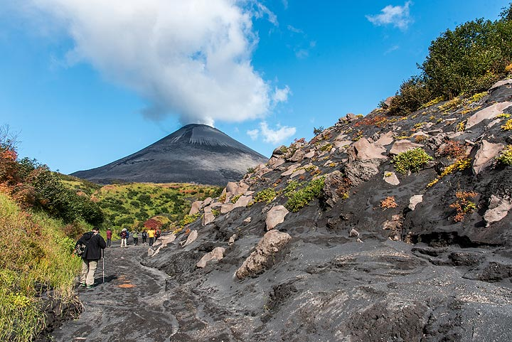 Very nice weather during an excursion to the feet of the volcano's summit cone. (Photo: Tom Pfeiffer)