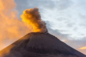 A series of small to moderate ash eruptions starts in the evening of 12 Sep. (Photo: Tom Pfeiffer)